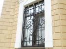 Кованая решетка на окне