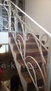 Белые кованые перила на лестнице в доме