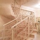 Перила кованые на радиусной лестнице