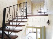 Кованые перила на лестнице в доме
