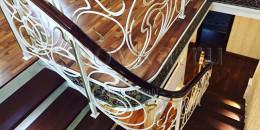 Кованые перила с поворотом на лестнице в частном доме