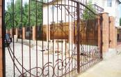 Ворота кованые в загородном доме