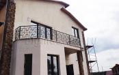 Кованый балкон дома на даче