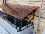 Кованый козырек над окном цокольного этажа