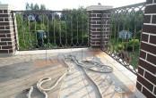 Балкон кованый с кирпичными столбами