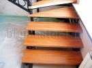 Кованая лестница с деревянными ступенями в доме