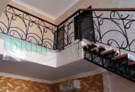 Лестница на втрой этаж и кованые перила