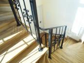Перила кованые на лестнице между этажей внутри дома