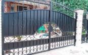 Кованые ворота с кирпичными столбами