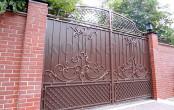 Кованые ворота на кирпичных столбах, коричневые