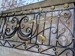 Черные кованые перила с золотой патиной после покраски