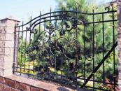 Кованый забор в кирпичном основании