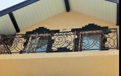 Балкон кованый прямой под крышей дома