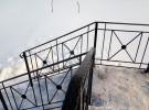 Лестница на веранду с кованым ограждением