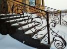 Ажурное кованое ограждение на лестнице крыльца