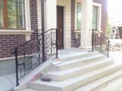 Кованые перила для лестницы входа в дом