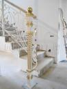 Кованые перила на лестнице внутри дома, окрашены в белый цвет