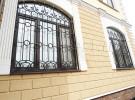 Кованые решетки на окнах здания