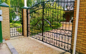 Кованые ворота загородного дома