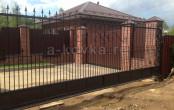 Откатные кованые ворота загородного дома