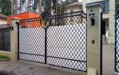 Ворота ручной ковки для загородного дома