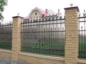 Кованый забор с поликарбонатом и каменными столбами