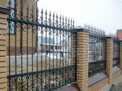 Забор кованый на кирпичных столбах. Загородный дом.