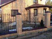 Забор в кирпичных столбах - ковка