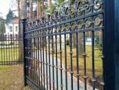 Забор загородного дома ковка