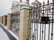 Кованый забор вокруг частного участка