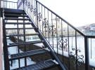 Ограждение кованое на уличной металлической лестнице