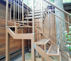 Лестница металлическая с поворотом на крышу