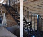 Металлическая лестница поворотная с перилами