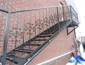 Лестница металлическая снаружи дома