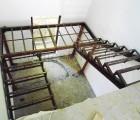 Каркас металлической лестницы внутри дома