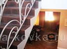 Лестница внутри дома с кованым ограждением