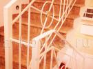 Белое лестничное ограждение в доме, ковка