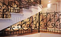 Кованые перила на лестнице с этажа на этаж