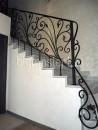 Перила кованые на лестнице в доме