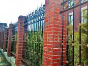 Кованый забор с патиной и кирпичными столбами
