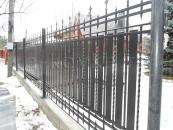 Кованый забор вокруг коттеджного участка