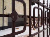 Кованый забор с пиками и геометрическим рисунком